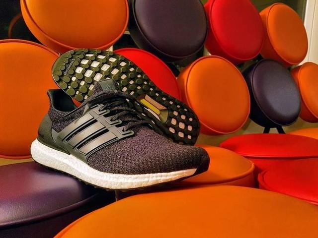 """Super-slippers"" 🔵vs⚪⚪⚪ #3stripesstyle #adidas #ultraboost #triplewhite #hermanmiller #marshmallowsofa #georgenelson #boostdevoted"