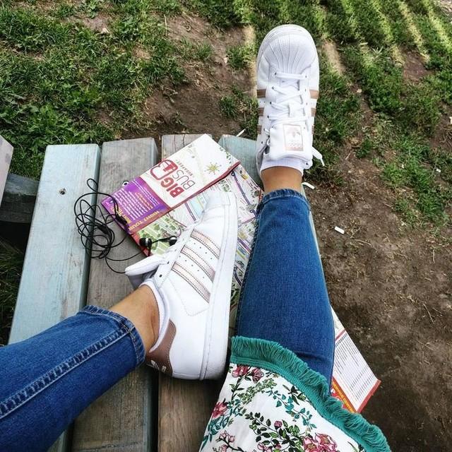 Resting my #adidas....😉 👟 . #adidassuperstar #adidasoriginals #rosegold #bigbustour #citytour #tourist #budapest #hungary🇭🇺 #travel #traveller #travelgram #instatravel