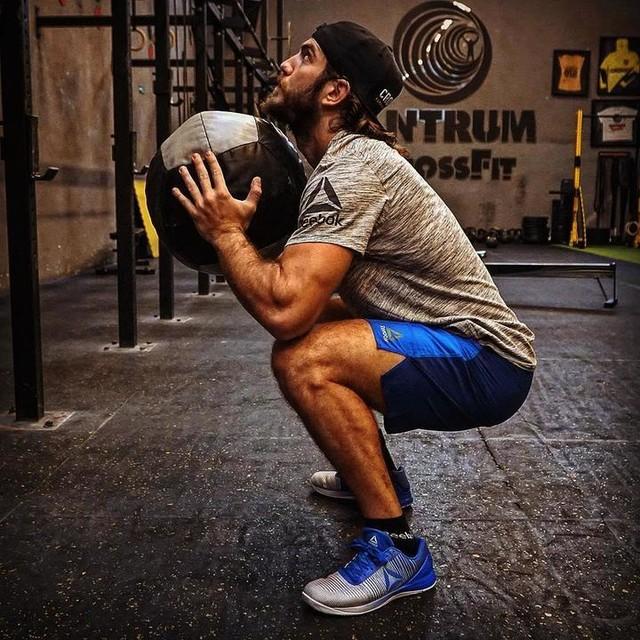 Evet evet ben bir spor bağımlısıyım 💪🏻😳@reeboktr #bemorehuman
