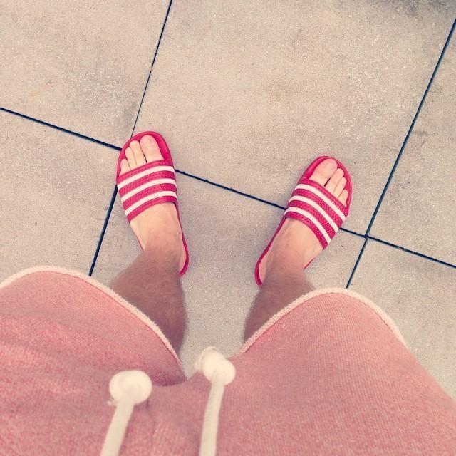 adilette ist der neue Flipflop! #adilette #newin #adidas #kicks #sneakers #red #sommer #sonne #barfuß #stil
