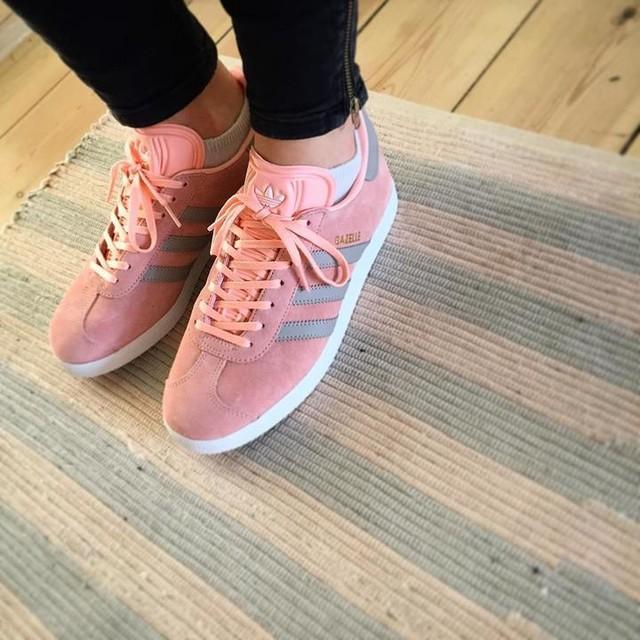 New girls in town 👈🏼 #adidas#coral#gazelle#deførsteskridt#gazelleroveralt#summer#sneakers