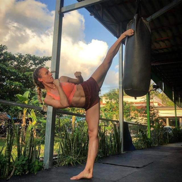 🤷🏼♀️Kein schlauen Spruch heute für euch.  Ich hoffe einfach das ihr auch alle so ein tollen Tag und so ein tolles Training wie ich hattet🏋️♀️ . . . . Outfit by adidas_de adidas ! . . . #training #workout #gym #gymtime #workhard #woekoutqueen #adidas #neverdone #heretocreate #thailand #island #kohphangan #muaythaigirls #fightinggirls #girlswhofight #martialarts #sidekick #kicks #kicking #highkick #martialartgymgirls #femalekickers #inyourface #travel #travelgram #instafit #instagood #nature #travelphotography