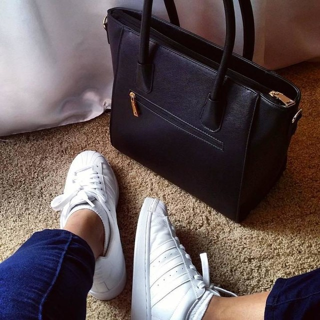 Loving this look ^-^ #style #shoes #bag #look #adidas #adidasshoes #blackbag #whiteshoes #ootd #adidassuperstar