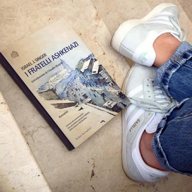 Cari fratelli, devo dirvi la verità, mi fate fare una gran fatica 🙄 #singer #ifratelliashkenazi #bollatiboringhieri #adidas #adidasgazelle #mintgreen #mintgreenisthenewblack #gazelle #gazelleadidas #levis #levisjeans #levis501 #fashiongoals #comodità #books #bookhaul #bookstagram #igreads #reading #bookshelf #libri #leggere #leggeresempre #libriccino #gm #bologna