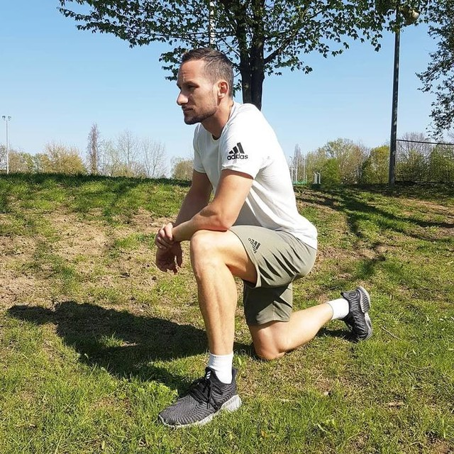 One of the most important things in sport is mobility! How important is streching for you? 🤔 Outfit: primeknit FLW Kolletion #becomethemovement #giftedbyadidas adidas adidas_de #sport #stretch #nature