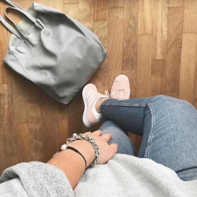 Saturday morning and soft colors😴  #fromwhereistand #saturdaymorning #outwithmum #pinkandgrey ~ ~ ~  #softcolors #grey #pink #today #ootd #fashion #trendy #adidasgazelle #celine #light #primifreddi #relax #sabatomattina #aspasso #happy #love #followme