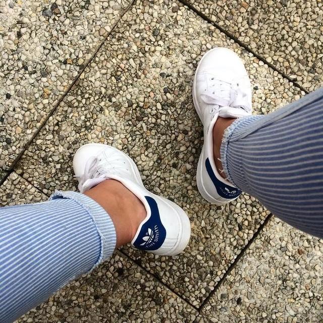 Jamais sans mes Stan 💙 🤘🏻Et ce nouveau jean va devenir mon indispensable de l'été, c'est sur.  #stansmith #stan #adidas #basket #blue #iggirl #picoftheday #picture #outfitoftheday #outfit #lookdujour #lookoftheday #fashionblog #mode #jamaissansmesstan #lesbasketscestlavie