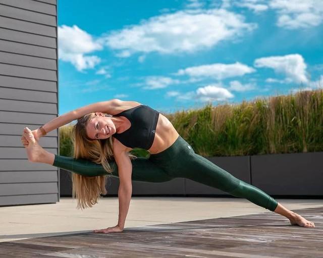 So happy to be back and shooting with my dearest bhawna_gupta2016 💓 Also, loving this new #PureMoveBra from reebokwomen! Super supportive, soft & light! . . . #yoga #rooftopyoga #reebok #bellevuewa #bumble #bumblebizz  #bemorehuman #reebokwomen #sponsored