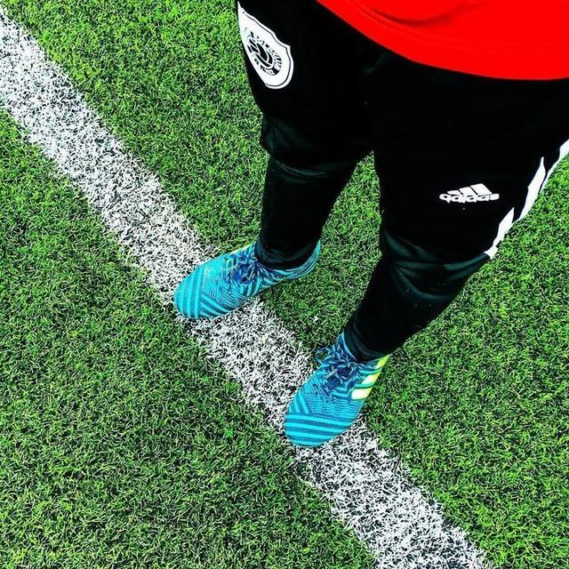 New boots, Messi style 💪🏼⚽️ Meget glad dreng, han tager dem vist aldrig af igen 🙈 #victoremilsejrupgerdes #adidas #nemeziz #soccer #sundbyboldklub