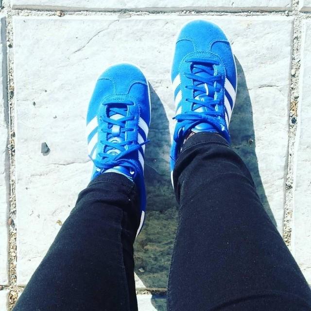 Un poco de vitamina D 🌞 • • #blue #adidas #adidasgazelle #gazelle #zapatillas @adidas
