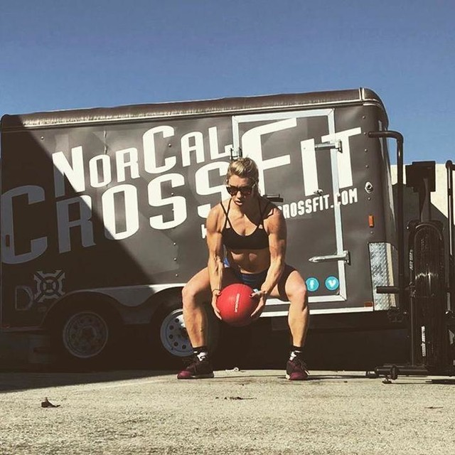Stay in your own lane. Chip away one day at a time to get closer to achieving your goals and becoming the best version of you possible. Thank you @marksmellybell for always inspiring me to get stronger and embrace the daily grind. Enjoying these workouts in the sun 💪☀️ @reebok @reebokone @fitaid @workingagainstgravity  #teamnorcal2017 #onedayatatime #reebok #crossfit #lovewhatyoudo #fitaid #WAG