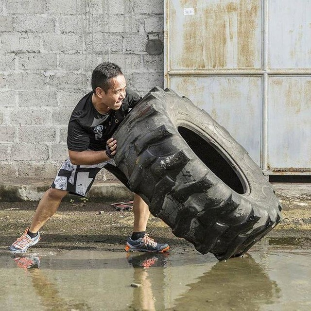 "When life knocks you down,  flip it and see it in the different perspective. 💪🏋 #BeMoreHuman  1 more week to Reebok Spartan Race Malaysia, have you own a good pair of All Terrain shoes up for this challenges? 😍 ""No worries"" to any wet and mud obstacles.  Register the race here today: http://www.spartanrace.my/en/race/detail/2441/overview  #Reebok #ReebokMalaysia #ReebokAthleteSummit #reebokspartanrace #spartanrace #spartanracemy"