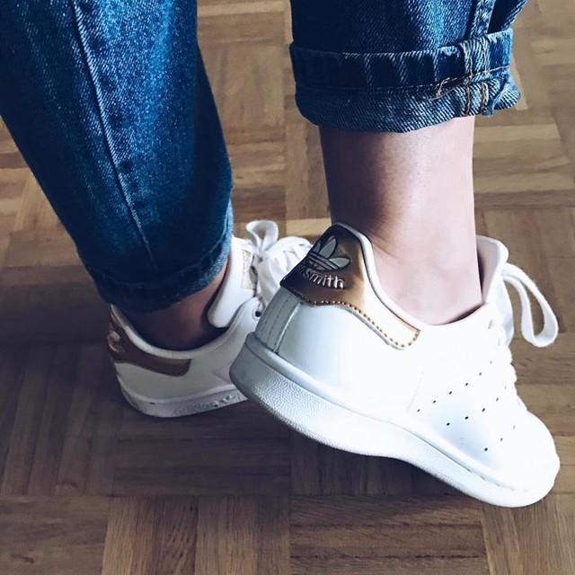 Mes stansmith que j'aime ! 💙 . . Une bonne journée ensoleillée 🦋 !! . . . . #stansmith#adidas#follow4follow#like4like#lifestyle#love#life#momfitjeans#bluejeans#whitebasket#home#sunnyday#genevalake#genevalife#goaway#gowork