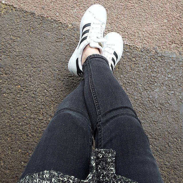 예쁘게 신고 다닐께😚 #도곡1동#버스정류장#선물#선물스타그램#운동화#신발#아디다스#슈퍼스타#일상#adidas#adidasoriginals#sneakers#shoes#gift#daily#black#👟