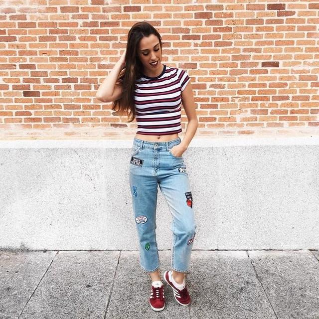 Hay cosas que no se piden, se sienten. Desde un beso hasta una decisión. 🌸. 📍Top: #hm . 📍Jeans: #bershka #bershkastyle . 📍Zapatillas: #adidas #adidasgazelle . . Me va a tocar subir looks de biblioteca una buena temporada ! 😂. 📸 @elena14_ .  #madrid #sneakers #ootd #outfit #outfitoftheday #lookoftheday #fashion #fashiongram #fashionista #fashionblogger #instagood #instastyle #instafashion #instablogger #blogger #vsco #vscocam #photooftheday #like4like #tagsforlikes #followme #influencer #streetstyle #whatiwore
