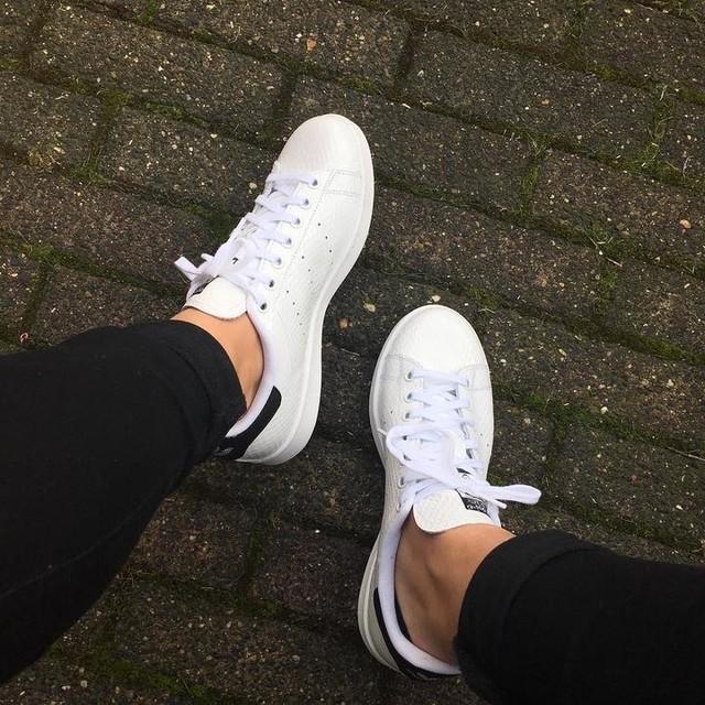 New babes! ❤️ @adidasoriginal Stan Smith #adidas #sneakers #sneakerfreak #stansmith #adidasoriginals #adidasstansmith #shoes #whitesneakers #shinysneakers #shiny