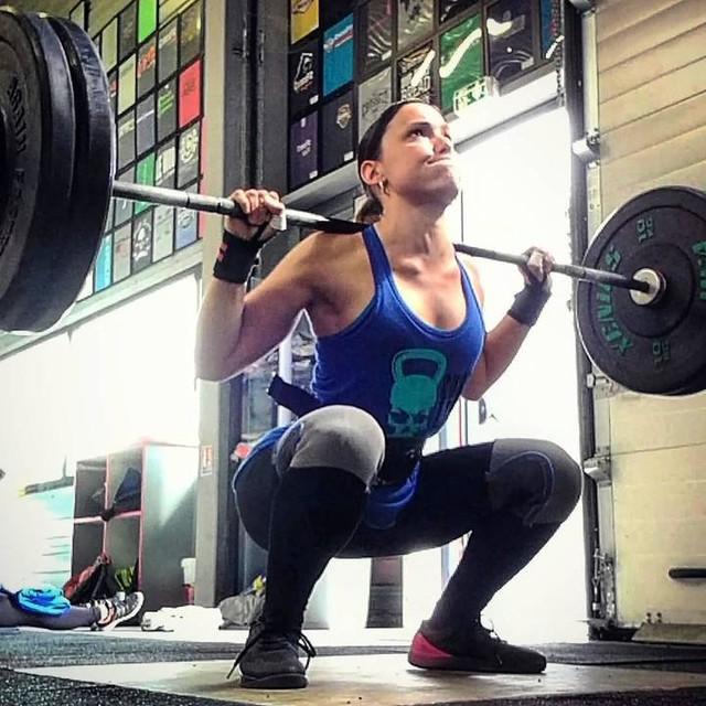 Mon plus beau portrait 🐸😇😂 ~ Peut importe le mouvement toujours en mode Frogy🤗🙈 ~ Avoir des jambes mais qui sont zéro en forces🤔😏👶🏻 alors focus squat, lunges,step-up box,deadlift, renfo à l'élastique. Mais sans oublier, le cardio,la gym, l'haltéro et le renfo sur tout le corps😰 ~ Y'a du boulot📃 c'est ça qui est motivant en CrossFit, jamais tu as fini! ~ En attendant c'est le week-end🤗 bon Samedi ✌🏼💋 #CrossFit#Crossfitteuse#CrossFitGirls#girl#girlwholift#lift#train#getfit#crossfitfrance#igcrossfit#hardtraining#squat#legs#booty#badass#fit#fitgirl#fitness#french#xenios#barbell#rehband#motivation#frog#nano7#reebokfr#CrossFitLaRocheSurYon#