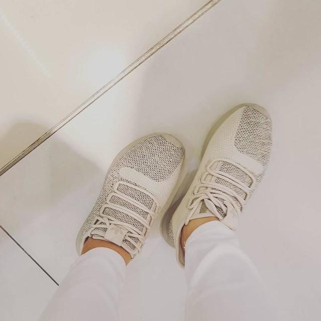 구두들과 인제 거의이별. 구두에서 한번 내려오면 다시 올라가기 힘들다더니ㅋㅋㅋㅋㅋ 제대로인증ㅋ  #신발스타그램 #슈즈스타그램 #아디다스 #튜블라 #튜블라쉐도우 #adidas #originals #tubular #tubularshadow #베이지  #롱코트 로 한껏 가리고 입은 #흰색 #청바지 #다시어트 #요망 ㅋ